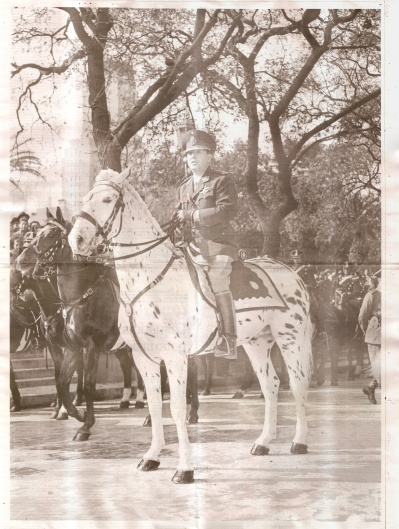 Perón_montado_a_caballo_stitched